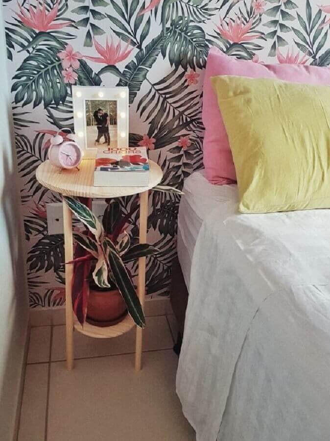 quarto decorado com papel de parede floral e mesa de canto pequena simples Foto Mania de Decoração
