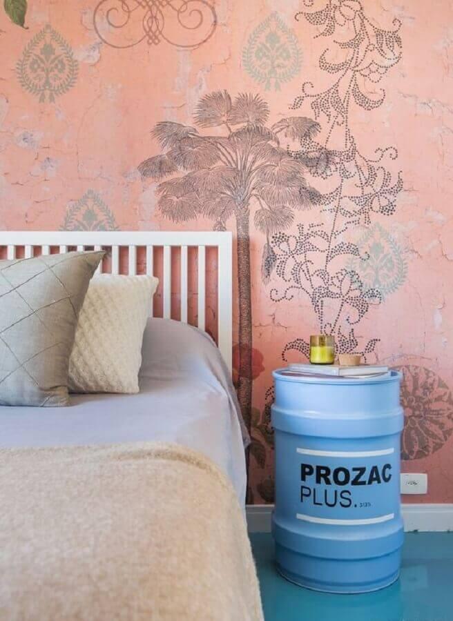 quarto decorado com papel de parede rosa cama branca e tambor decorativo feminino azul Foto Histórias de Casa