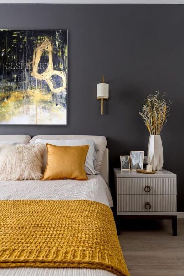 quarto preto decorado com mesa de cabeceira diferente com acabamento listrado Foto OLSHEart