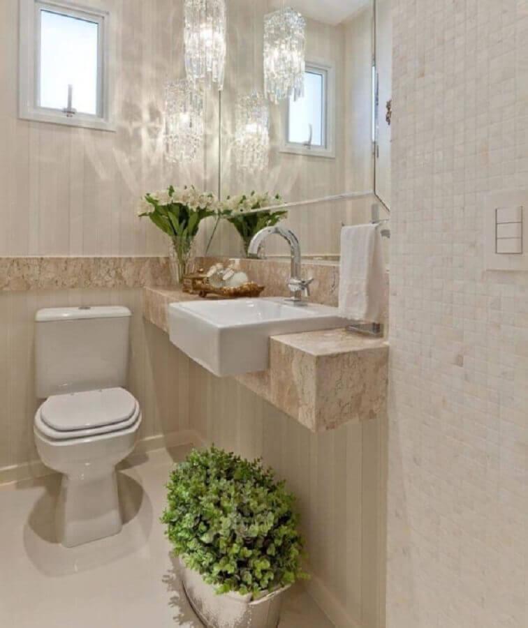 revestimento cor de pérola para banheiro pequeno decorado com lustre de cristal Foto Pinterest