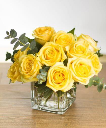 Vaso com rosa amarela na decoração de casa