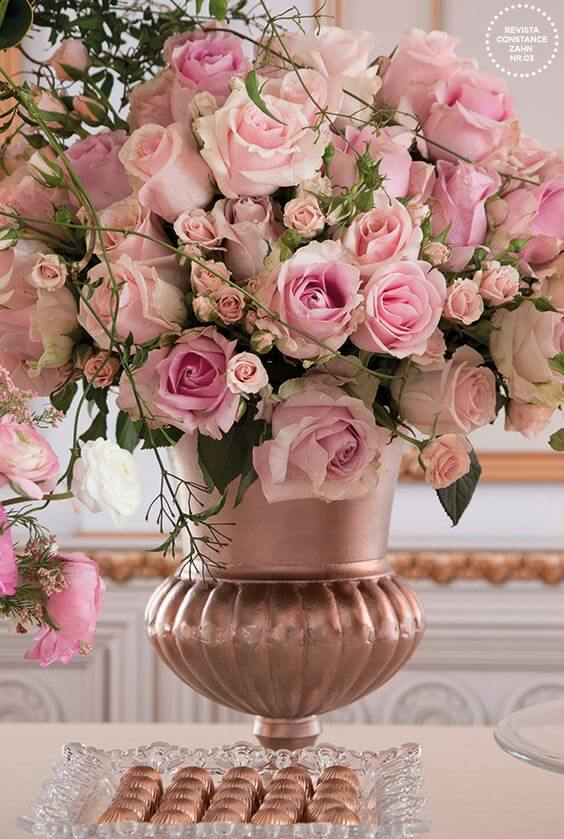 Vaso com rosas em tons de rosa claro