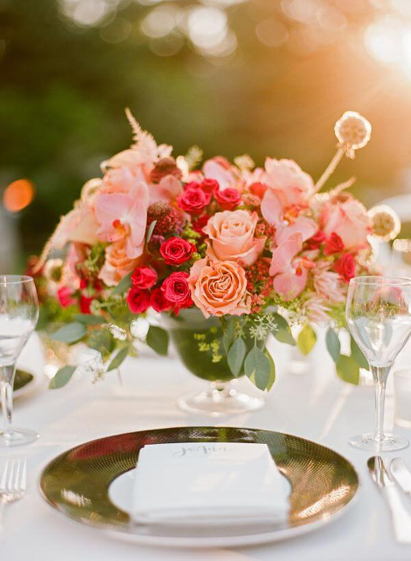 Arranjo delicado com rosas para decorar mesa de jantar