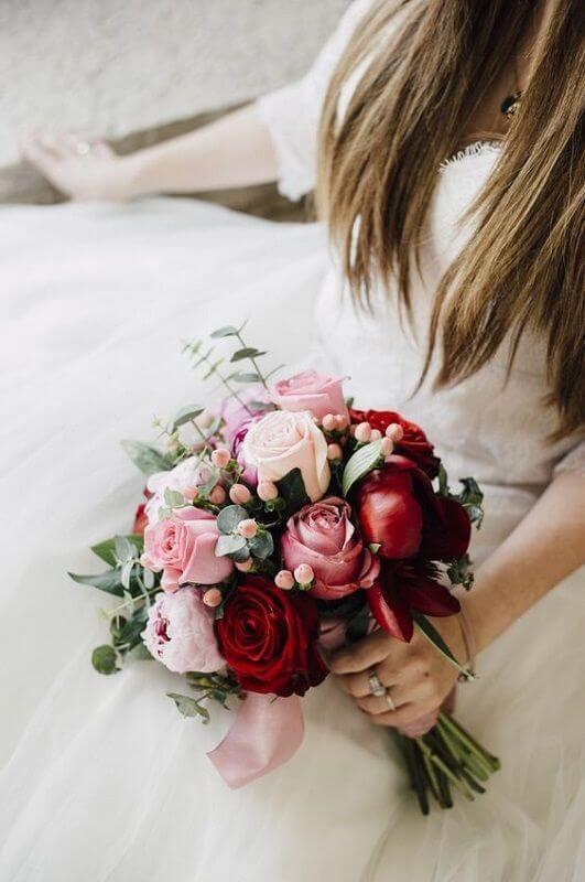 Noiva com buquê de rosa vermelha e peonia