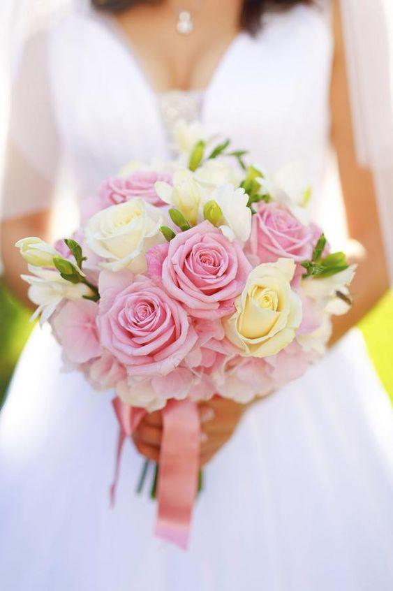 A rosa também é uma boa opção para buquê de noiva