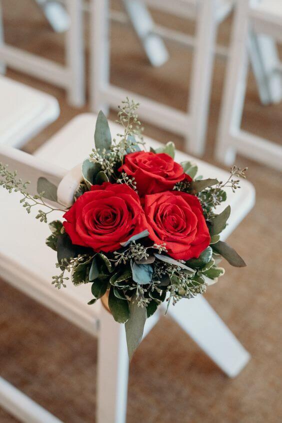Cadeiras decoradas com rosas vermelhas