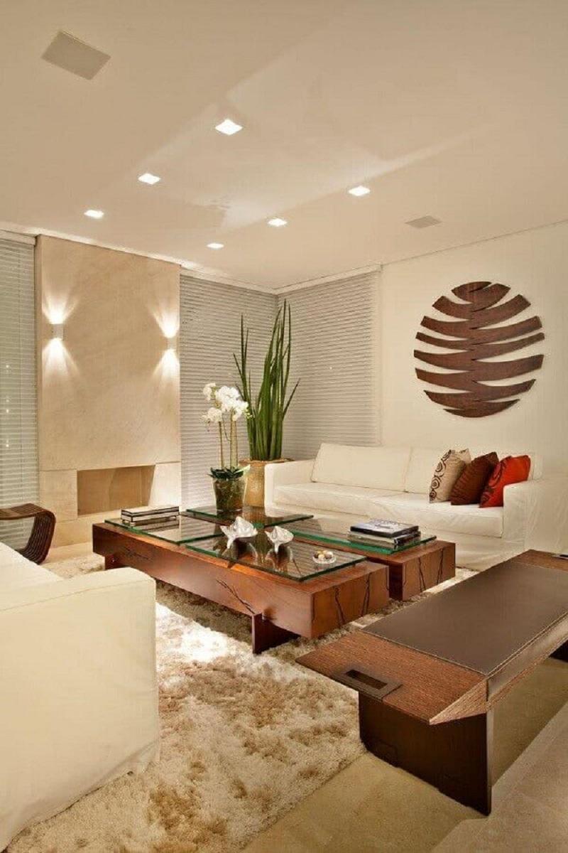sala bege decorada com tapete felpudo e mesa de centro de madeira com vidro Foto My Fancy House