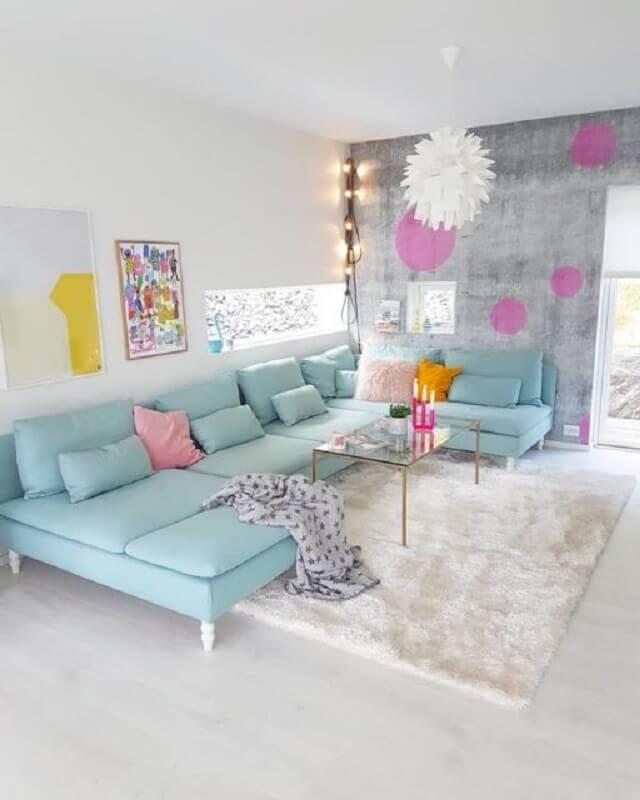 sala branca decorada com tapete felpudo e sofá azul pastel Foto Pinterest