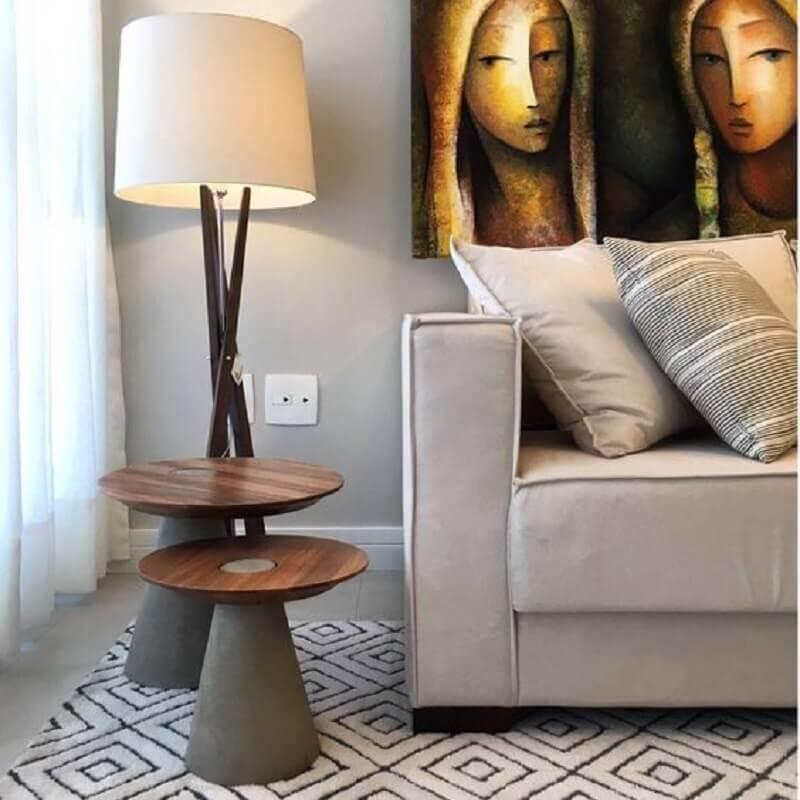 sala cinza decorada com abajur de piso e mesa de canto redonda moderna Foto Hometeka