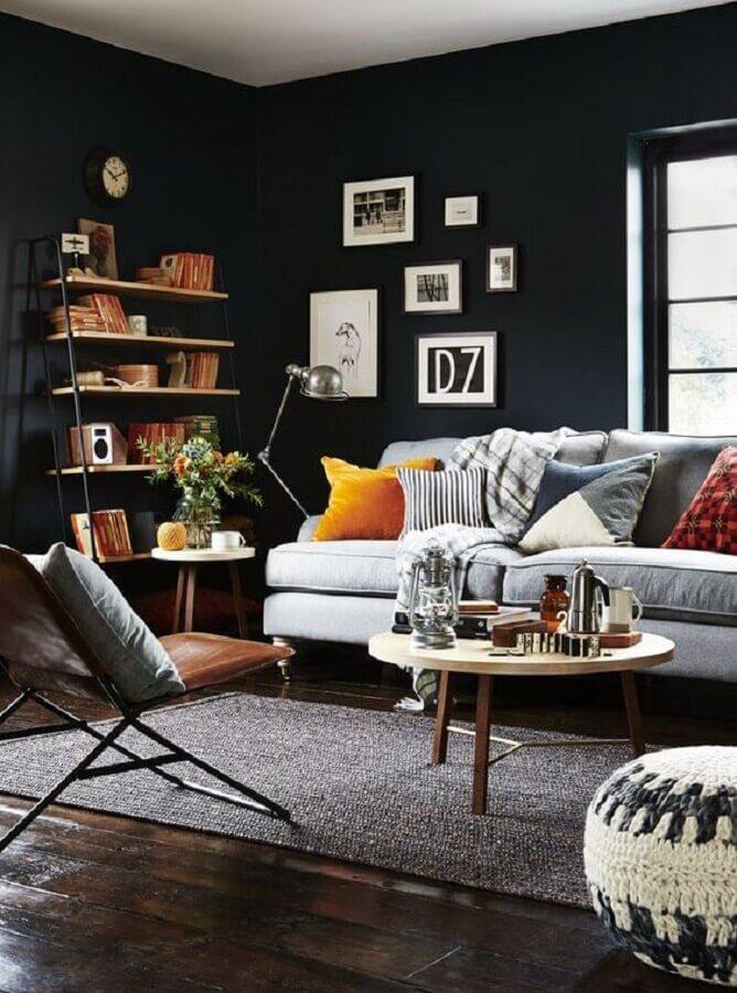 sala com parede preta decorada com almofadas coloridas para sofá cinza Foto Homedit