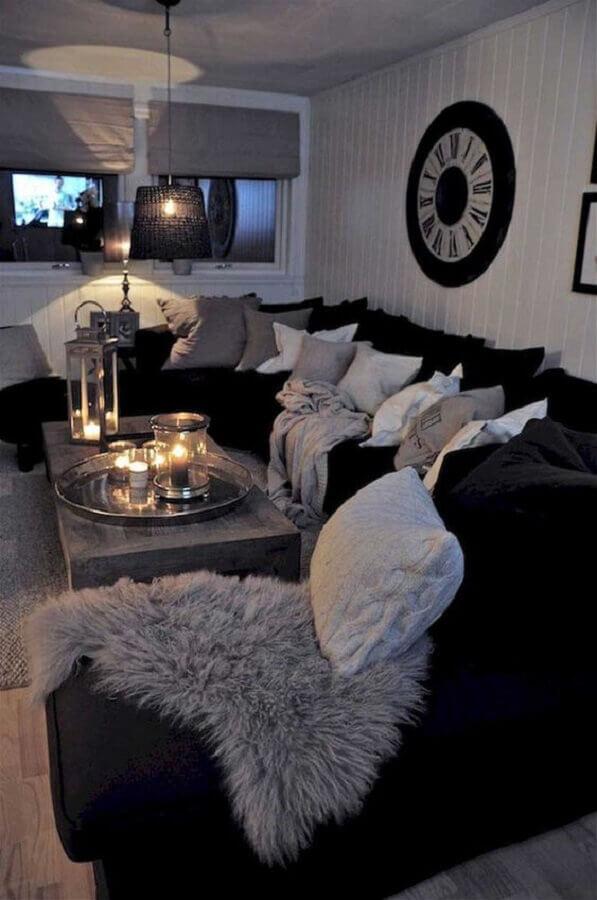 sala com sofá preto decorada com várias almofadas Foto Pinterest