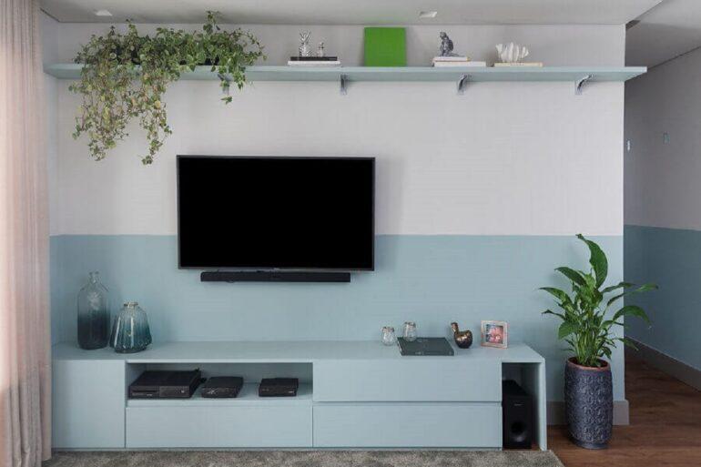 sala de estar decorada com rack e tinta azul pastel Foto Diário do Arquiteto