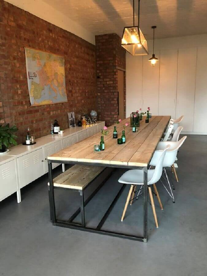 sala de jantar ampla decorada com cadeiras brancas e mesa com banco estilo industrial Foto PURE Wood Design