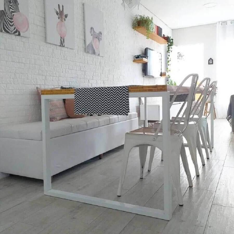 sala de jantar branca decorada com mesa com banco estofado e cadeiras Foto Nossa Casa 93