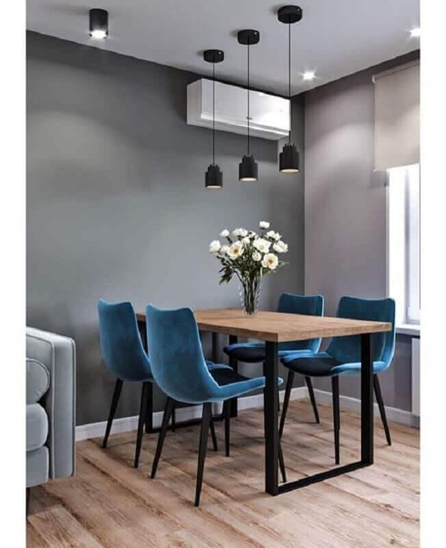 sala de jantar cinza decorada com pendente para mesa de jantar pequena com cadeiras azuis Foto Pinterest