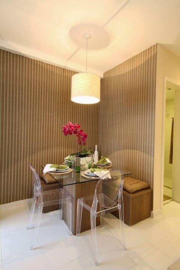 sala de jantar decorada com cadeiras de acrílico e mesa com banco de canto Foto Jeito de Casa