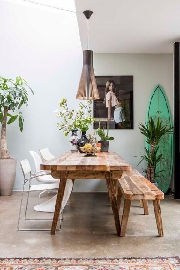 sala de jantar decorada com cadeiras modernas e mesa rústica com banco Foto Pinterest