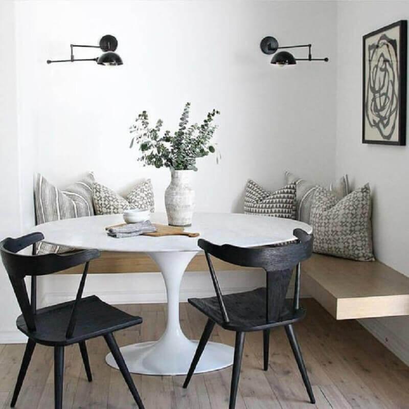 sala de jantar decorada com mesa com banco de canto e cadeiras pretas Foto Pinterest