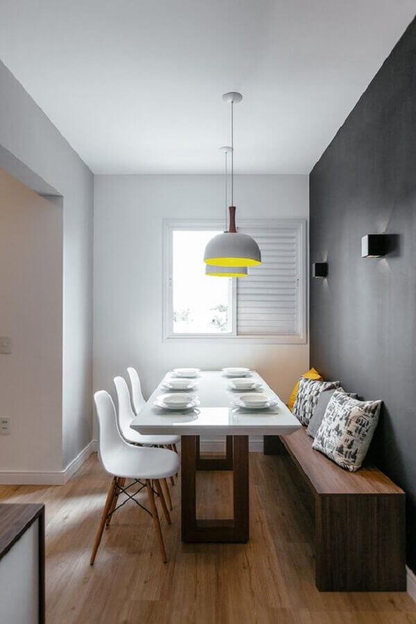sala de jantar decorada com parede cinza e mesa com banco de madeira e cadeiras brancas Foto Futurist Architecture