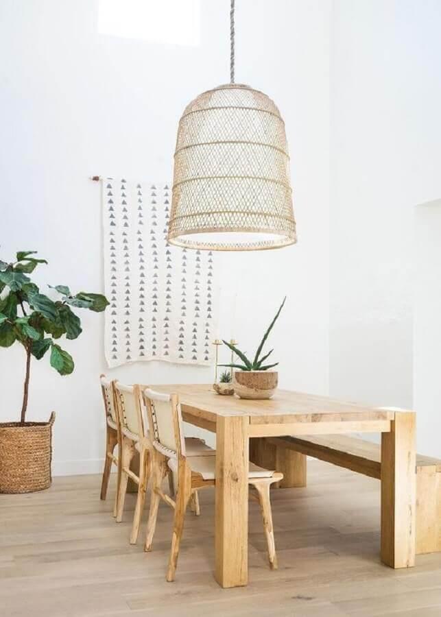 sala de jantar minimalista decorada com mesa rústica com banco e cadeiras de madeira Foto Angel Food Style