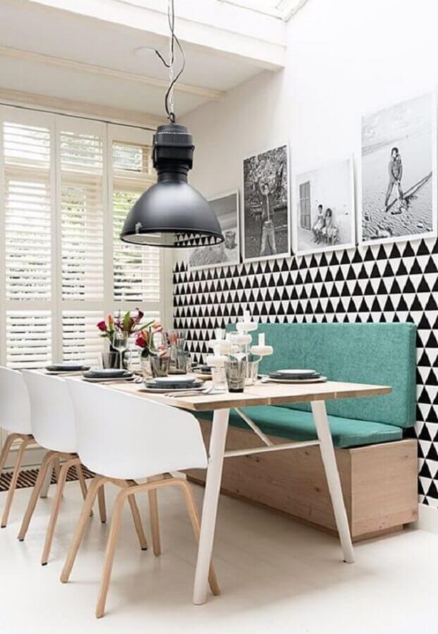 sala de jantar moderna decorada com cadeiras brancas e mesa com banco estofado Foto Simples Decoração