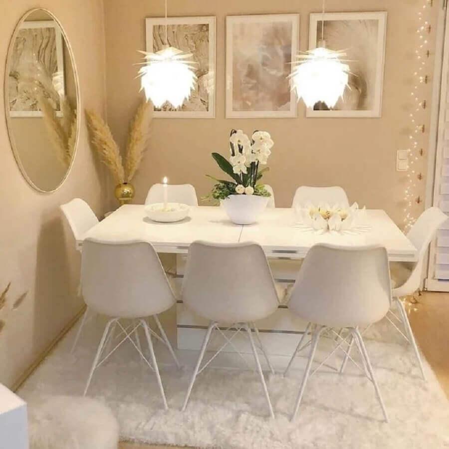 sala de jantar pintada na cor pérola com mesa e cadeiras brancas Foto Pinterest