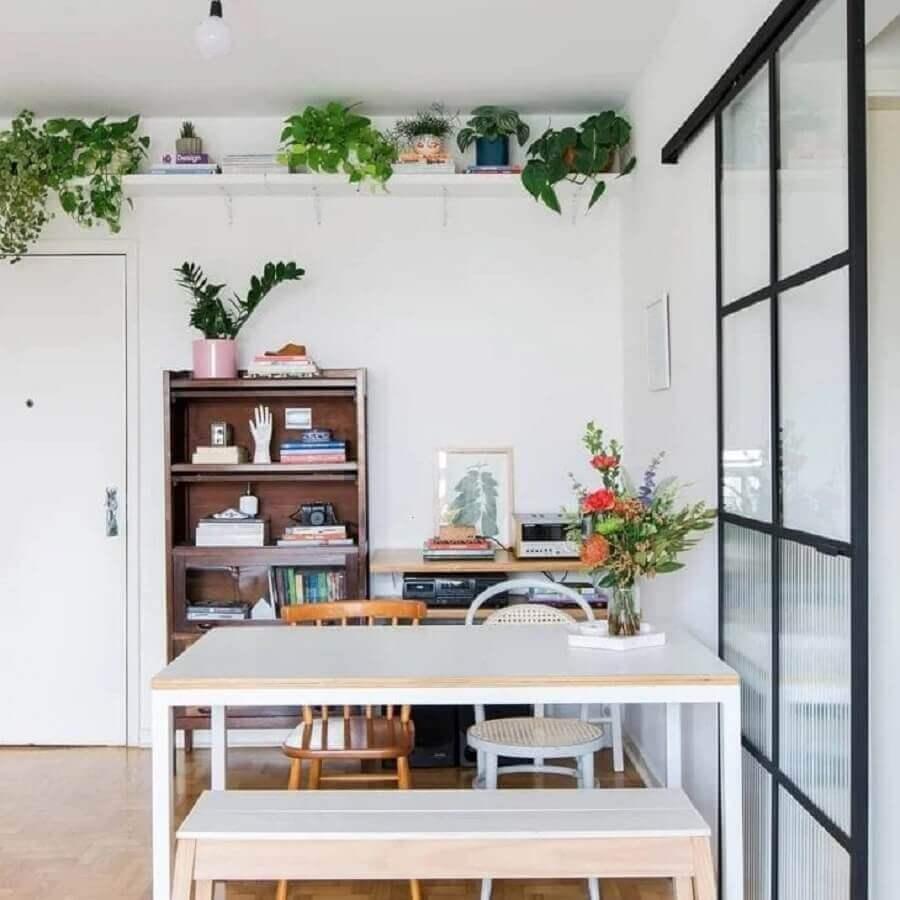 sala de jantar simples decorada com mesa com banco e cadeiras Foto Histórias de Casa