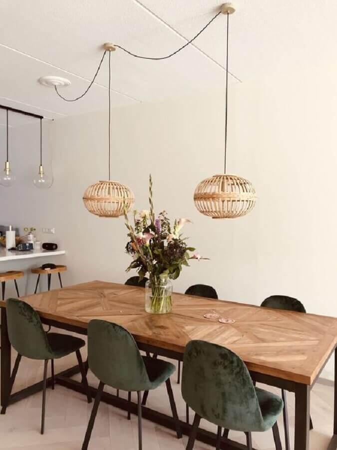 sala de jantar simples decorada com pendente de madeira e vaso para centro de mesa de jantar Foto Pinterest