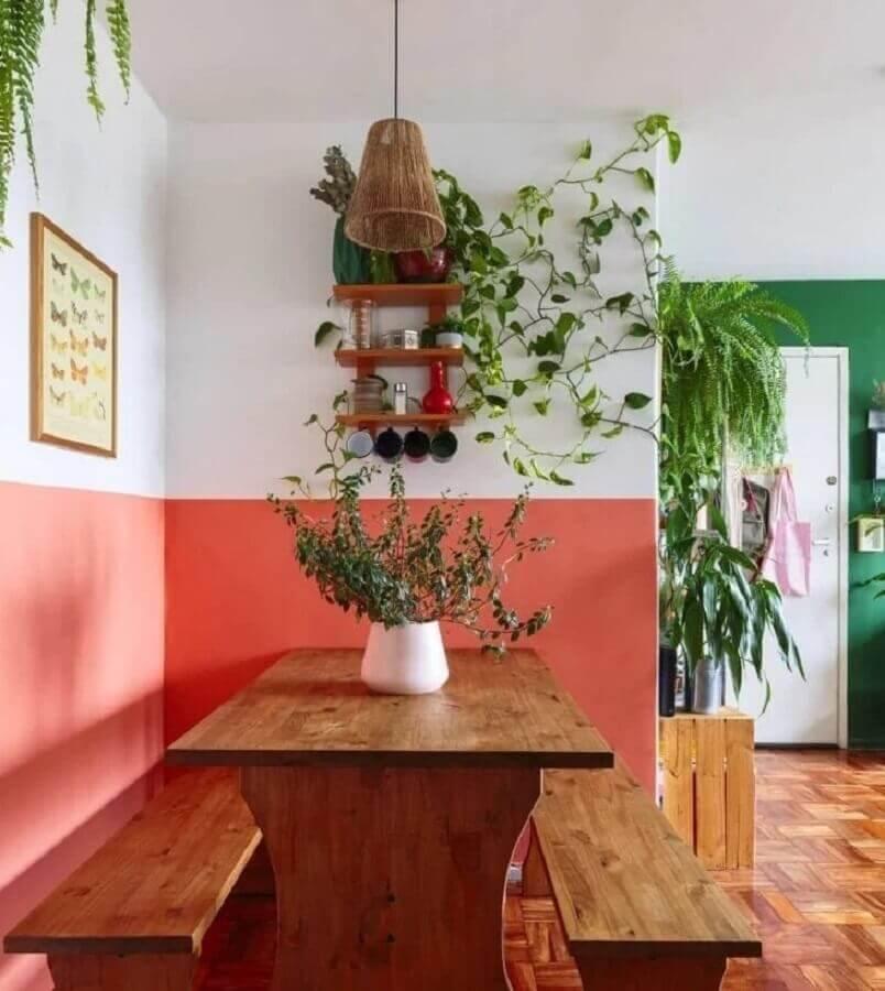sala de jantar simples decorada com vasos de plantas e mesa rústica com banco de madeira Foto Histórias de Casa