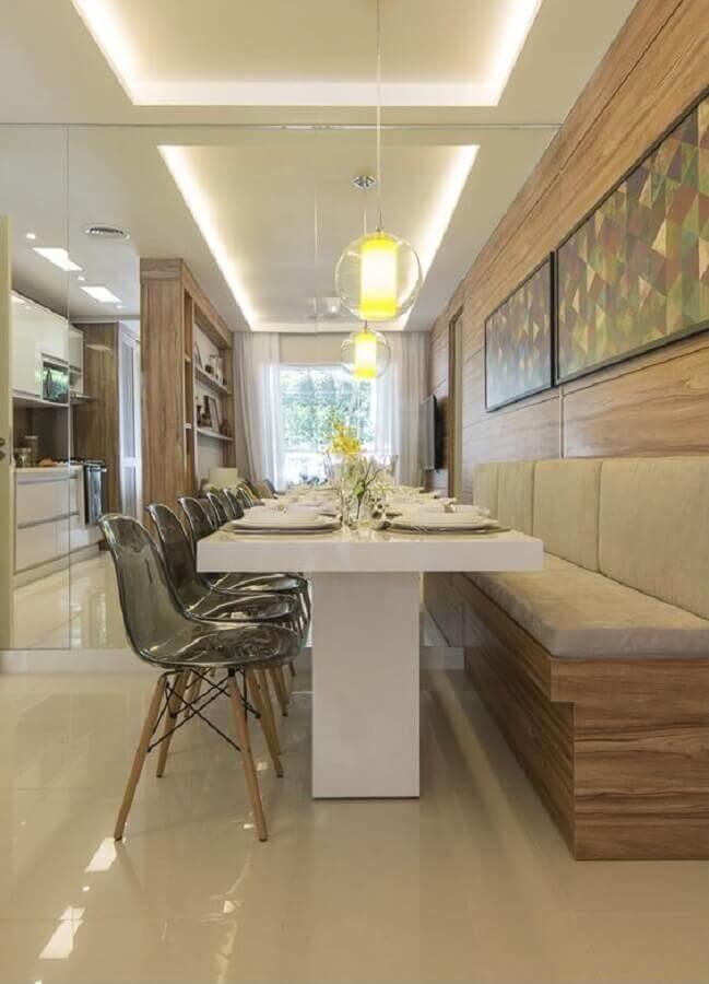 sala de jantar sofisticada decorada com mesa com banco estofado e cadeiras de acrílico Foto Archtrends