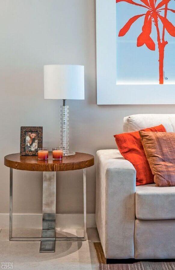 sala decorada com abajur branco e mesa de canto redonda com estrutura moderna Foto Pinterest
