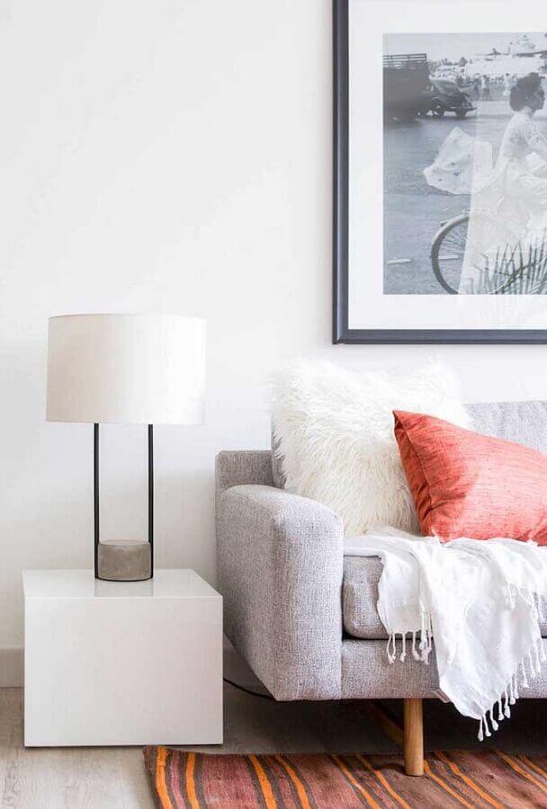 sala decorada com abajur moderno sobre mesa de canto branca quadrada Foto Architonic