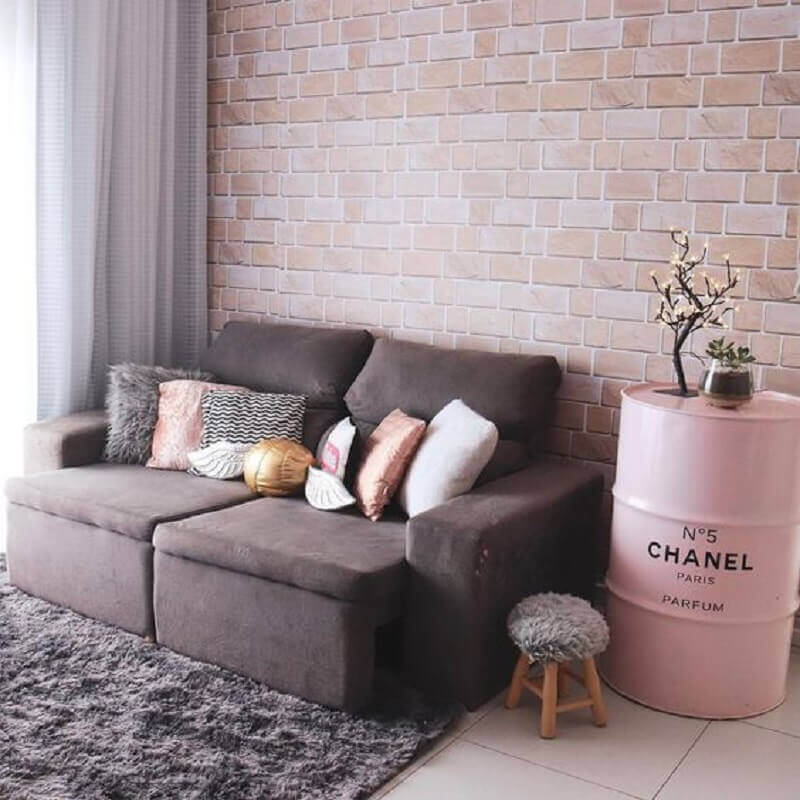 sala decorada com papel de parede tijolinho e tambor decorativo chanel rosa Foto Pinterest