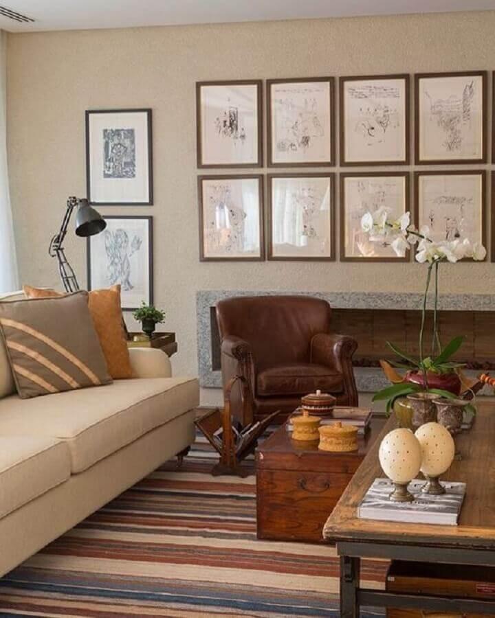 sala decorada com sofá cor pérola e poltrona de couro Foto Pinterest