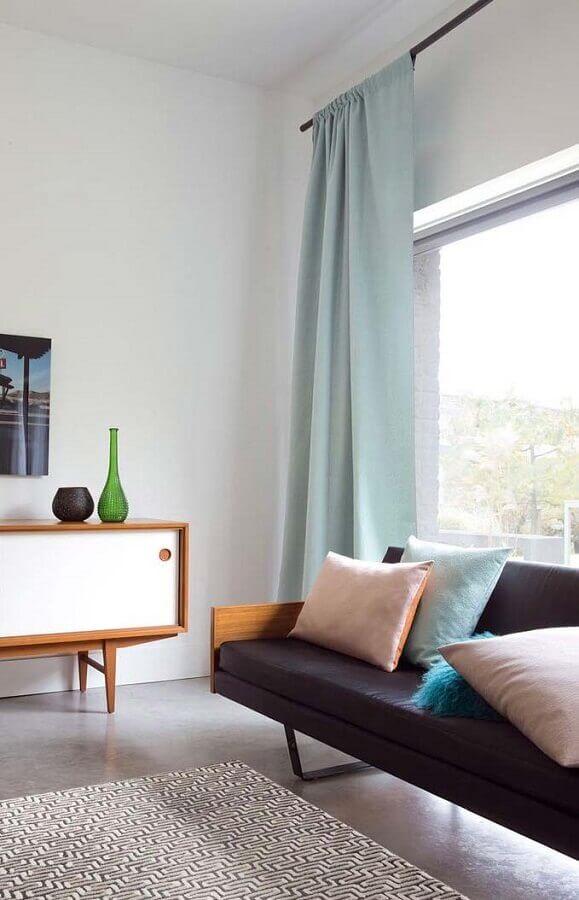 sala decorada com sofá preto e cortina azul pastel Foto Pinterest