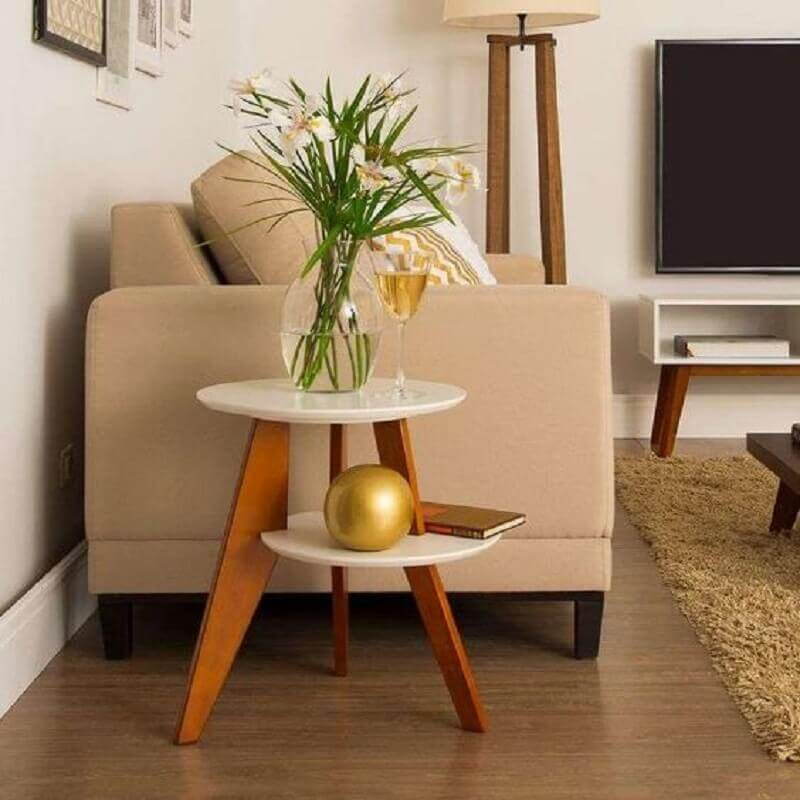 sala decorada em tons neutros com mesa de canto redonda com pés palito Foto Pinterest