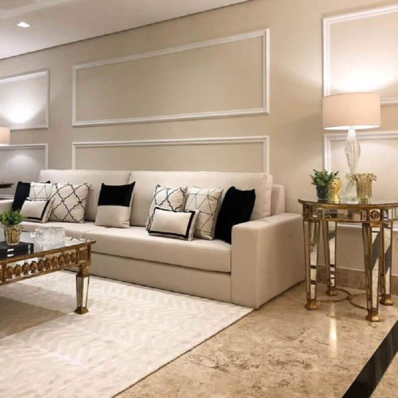 sala pintada na cor pérola decorada com almofadas pretas e brancas Foto Architizer