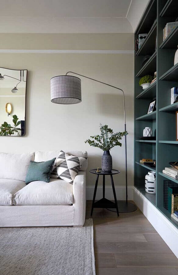 sala planejada decorada com abajur de piso e mesa de canto redonda preta Foto Pinterest