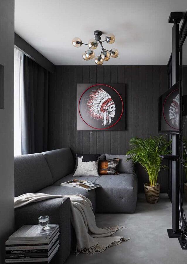 sala preta e cinza pequena decorada com lustre moderno Foto Behance