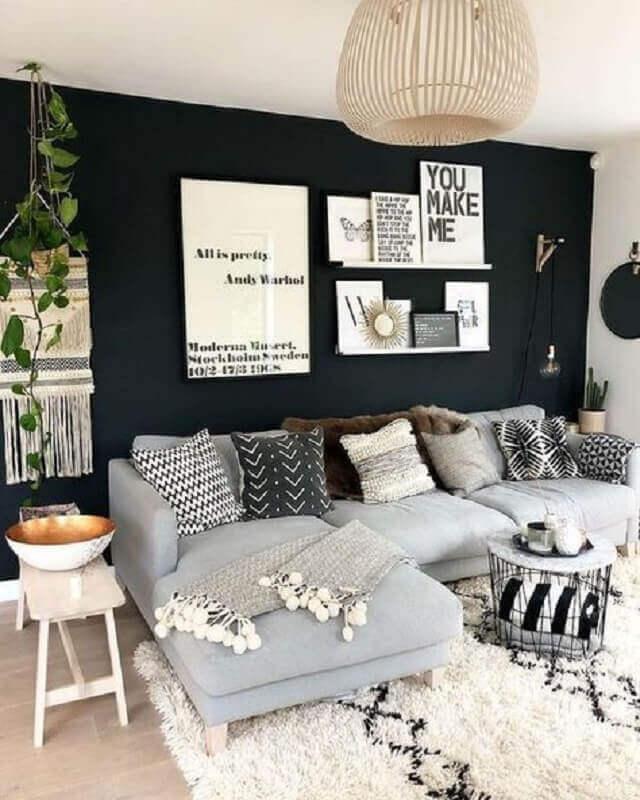 sofá cinza com chaise para decoração de sala com parede preta Foto Pinterest