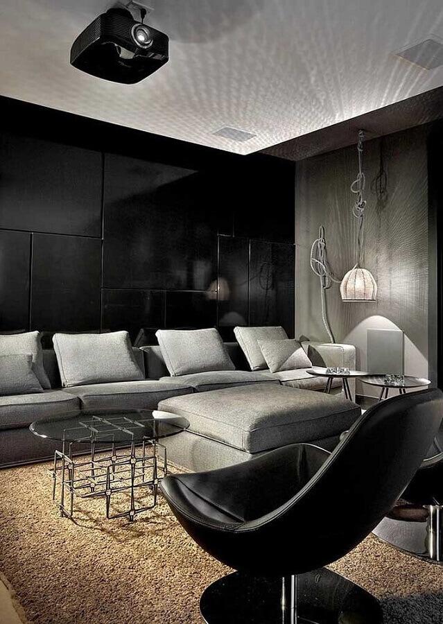 sofá cinza moderno para decoração de sala com parede preta Foto Archilovers