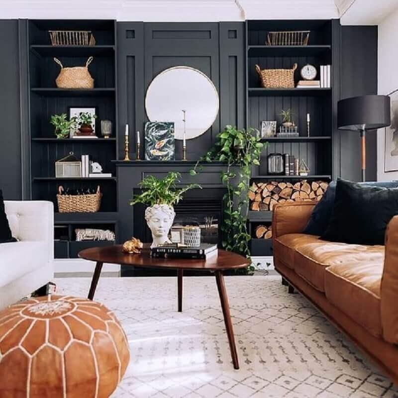 sofá marrom de couro para decoração de sala preta planejada Foto Lauren Bless'er House