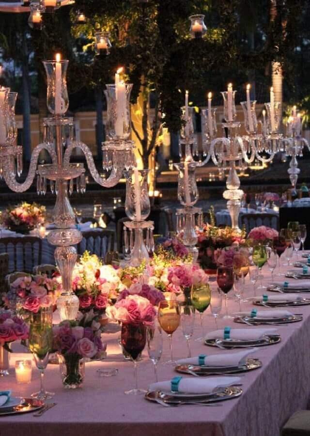 taças coloridas e castiçais de prata para decoração de festa bodas de cristal Foto Chegou a Hora Festas