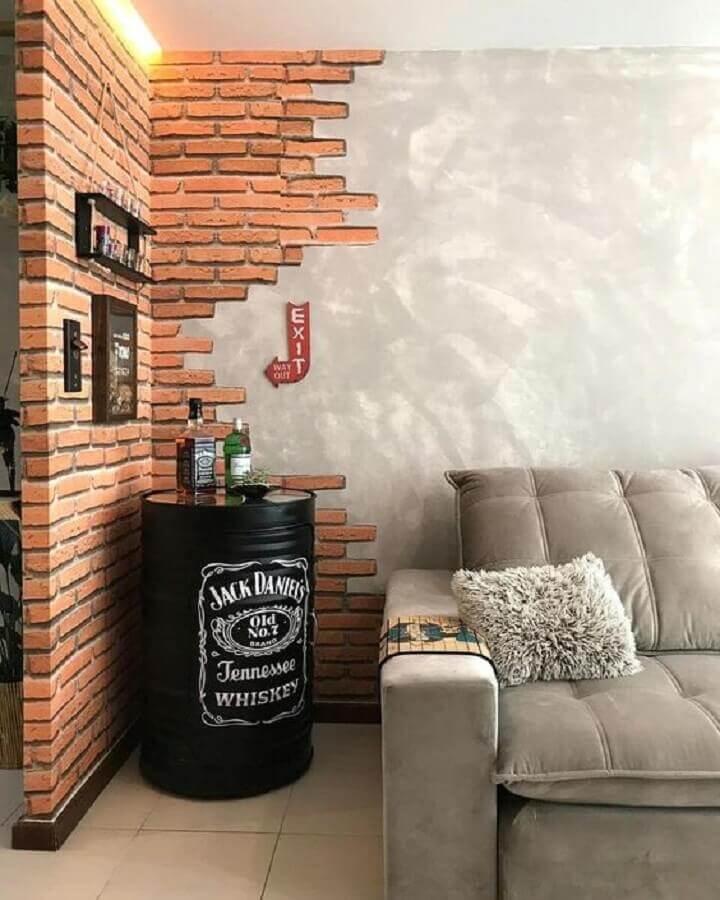 tambor decorativo Jack Daniels para decoração de sala com papel de parede tijolinho e cimento queimado Foto Apartment Therapy