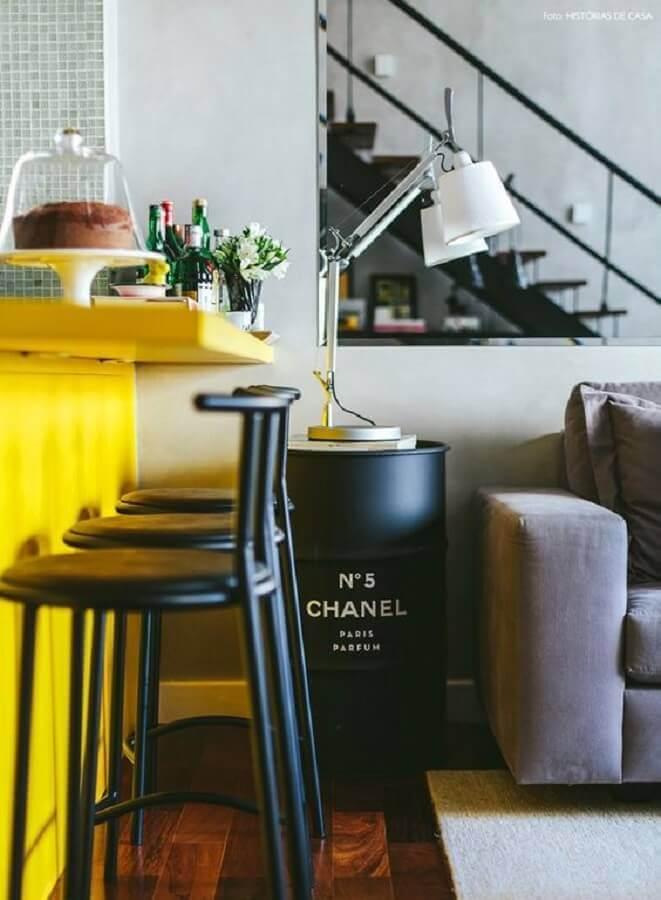 tambor decorativo chanel preto para sala integrada com cozinha americana Foto Ideias em Casa