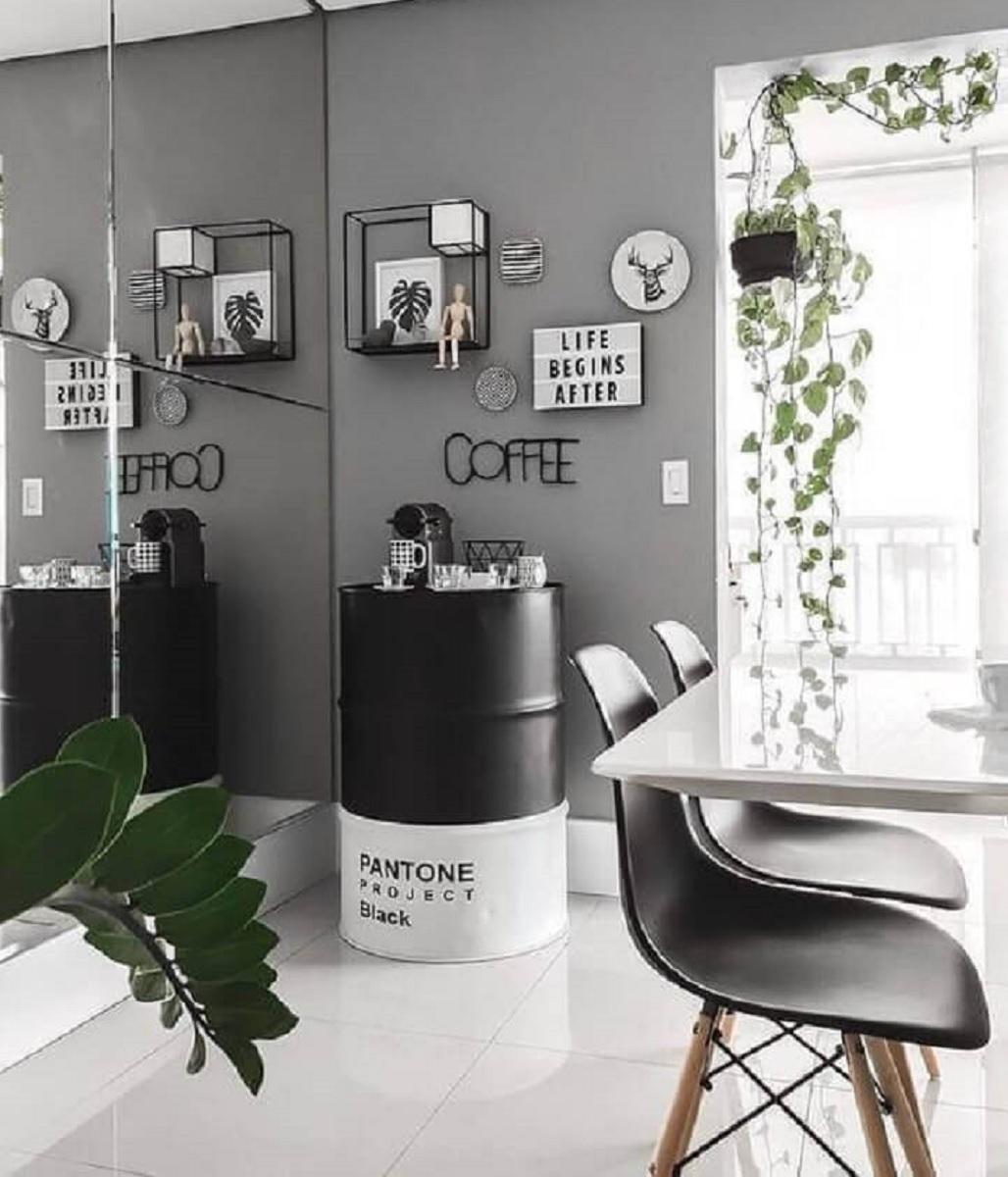 tambor decorativo para sala de jantar cinza e branca com parede espelhada Foto Futurist Architecture