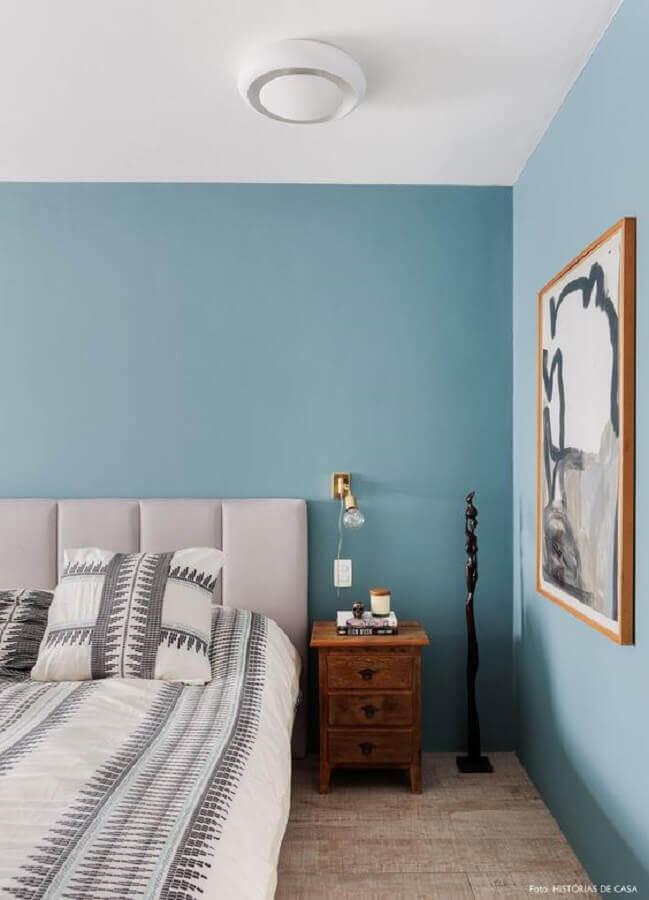 tinta azul pastel para decoração de quarto de casal com cabeceira estofada cinza Foto Histórias de Casa