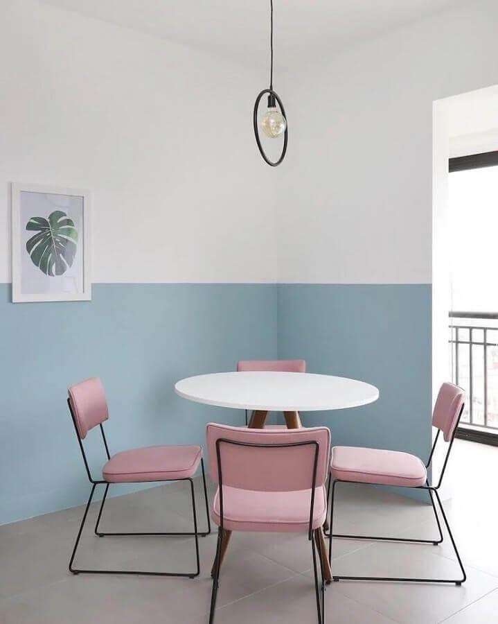 tinta azul pastel para decoração de sala de jantar com cadeiras cor de rosa Foto Quattrino Arquitetura