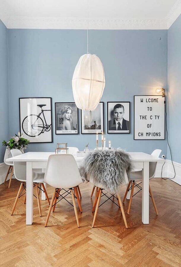 tinta azul pastel para sala de jantar decorada com cadeiras e mesas brancas Foto Houzz
