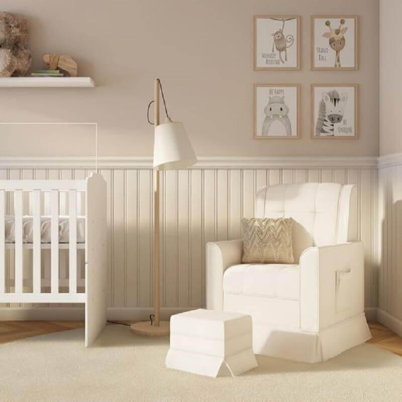 tinta cor pérola para decoração de quarto de bebê com berço e poltrona branca Foto Pinterest
